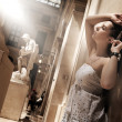 splendida donna in posa in un interno glamour — Foto Stock