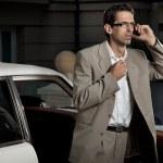 giovane uomo, parlando al telefono accanto alla macchina — Foto Stock
