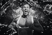シャワーを持つ見事な筋肉男 — ストック写真