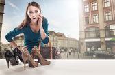 Mladá žena při pohledu na výloze — Stock fotografie