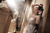グラマラス インテリアでポーズ豪華な女性 — ストック写真