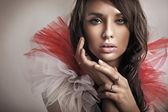 Porträtt av en ung brunett skönhet — Stockfoto