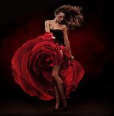 красивая танцовщица, носить красное платье — Стоковое фото