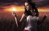 женщина, держащая лампочку — Стоковое фото