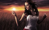 Kvinna med en glödlampa — Stockfoto