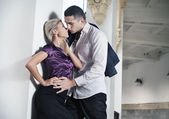 Photo romantique d'un couple s'embrassant — Photo