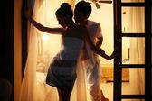 Pareja romántica en una habitación de hotel — Foto de Stock