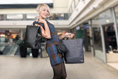 Cute blonde holding papperbag — Stockfoto