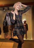 Leende kvinna shopping — Stockfoto