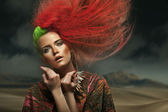 在沙漠上的美丽女子肖像 — 图库照片