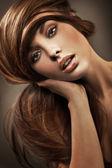 Uzun saçlı genç bir kadın portresi — Stok fotoğraf