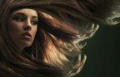 Porträtt av en ung kvinna med långt hår — Stockfoto