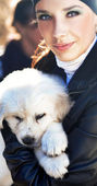 Young woman holding puppy — ストック写真