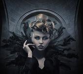 Vogue stijl foto van een gotische vrouw — Stok fotoğraf