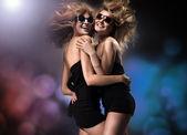 Twee jonge meisjes plezier — Stockfoto