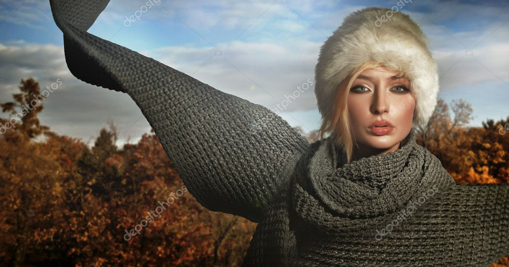 Autumn lady wearing big scarf — Stockfoto #4595045