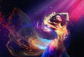 Mulher de beleza usando vestido lindo — Foto Stock
