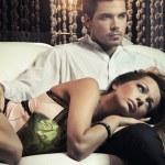 sexy couple amoureux se présentant dans un style romantique — Photo
