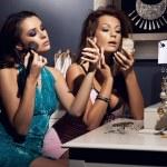 iki genç güzellik makyaj yapıyor ve parti için hazırlanıyor — Stok fotoğraf