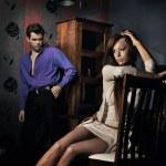photo de l'étonnant jeune couple dans une belle chambre — Photo