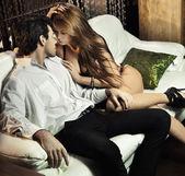 Linda sexy pareja en situación romántica — Foto de Stock