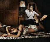 Due adulti in camera da letto in posa — Foto Stock