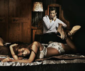 Twee volwassene in slaapkamer poseren — Stockfoto