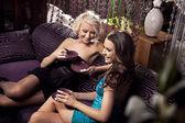 Ragazze parlare e divertirsi, bere caffè — Foto Stock