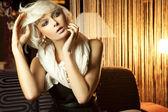 蓝眼睛的肖像的惊人的年轻的金发女人 — 图库照片