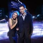 pareja joven sobre el fondo de la ciudad de noche — Foto de Stock