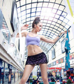 Pretty young gir in a shopping center — Stock Photo