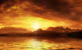 Pôr do sol quente sobre a superfície da água — Fotografia Stock