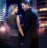 úžasný pár v lásce nad městem pozadím — Stock fotografie