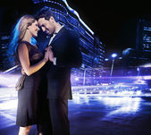Beau jeune couple dansant dans la rue et souriant — Photo