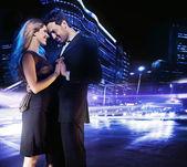 Pohledný mladý pár tančí na ulici a s úsměvem — Stock fotografie