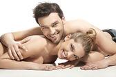 美しい若いカップルはベッドに横になっています。 — ストック写真
