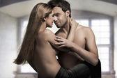 Jeune couple en jeans sur intérieur agréable — Photo