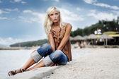 女人放松在美丽的沙滩 — 图库照片