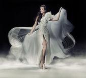 Sensuele brunette vrouw in witte jurk — Stockfoto