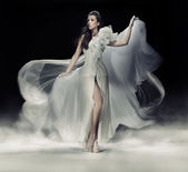 Smyslná brunetka žena v bílých šatech — Stock fotografie