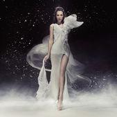 Mooie brunette dame in witte jurk — Stockfoto