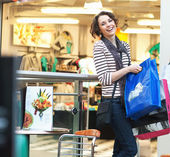 Cute brunette girl smiling on shopping — Zdjęcie stockowe