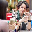 Two young women having lunch break together — Stockfoto