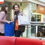 shoppingbags と二人の女の子 — ストック写真