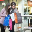 due ragazze con shoppingbags — Foto Stock
