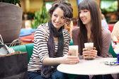 Två vackra kvinnor dricka kaffe och prata — Stockfoto