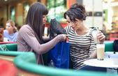 Dvě krásné dívky s shoppingbags — Stock fotografie