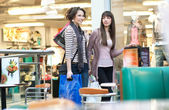 Two cute girl with shoppingbags — Photo