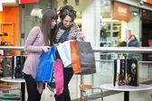 Dvě dívky s shoppingbags — Stock fotografie