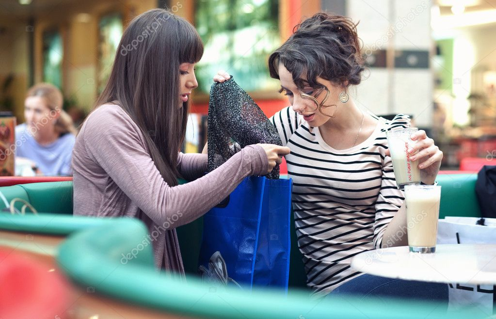 Two beautiful girls with shoppingbags — Stock Photo #5087598